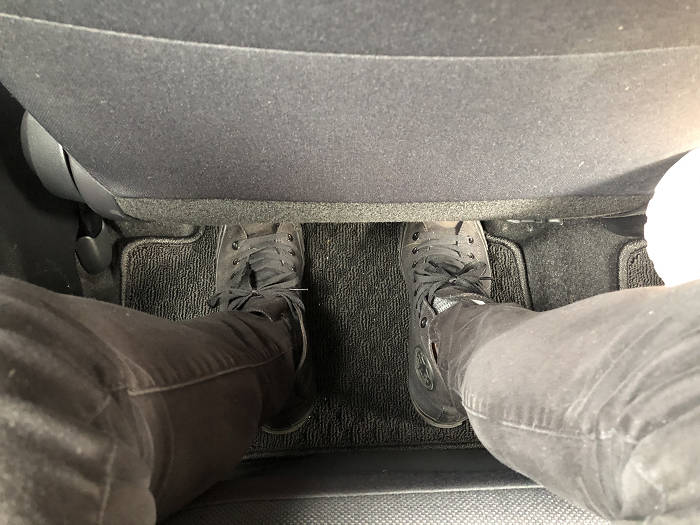 後部座席が狭い